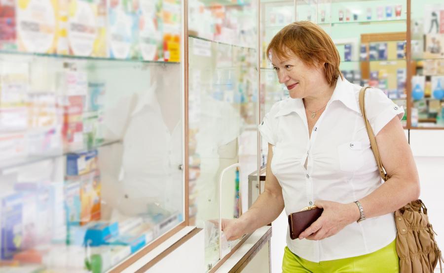 Kobieta robi zakupy w aptece