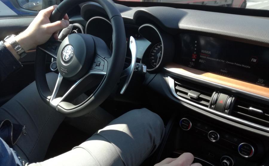 Mała kierownica idealnie leży w dłoniach i bardzo dobrze łączy z maszyną