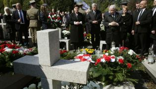Beata Szydło i Jarosław Kaczyński na Cmentarzu Wojskowym na Powązkach
