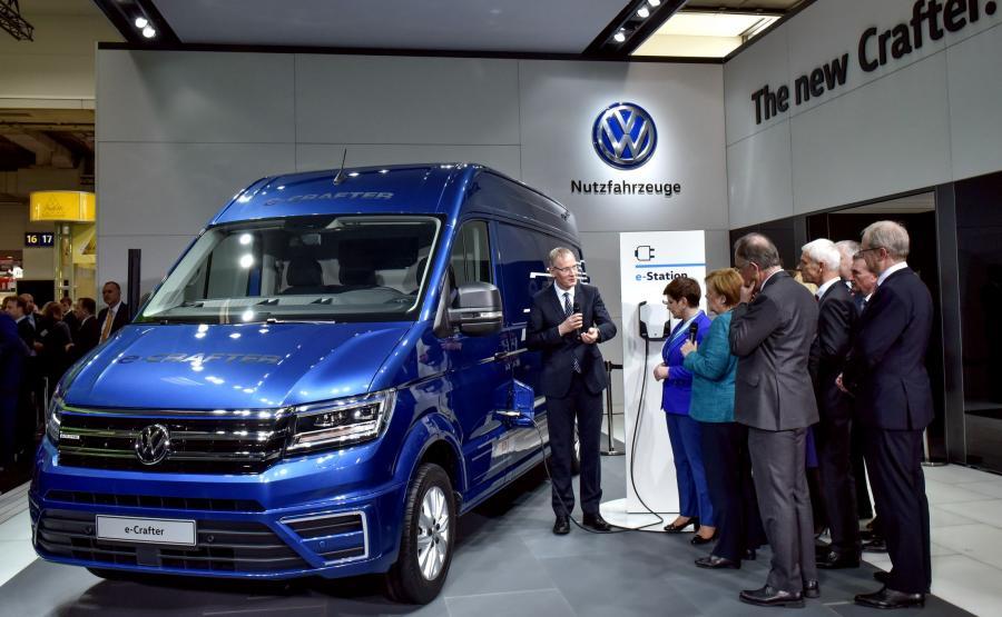 Volkswagen e-crafter - nowe dzieło VW oglądały w Hanowerze premier Beata Szydło i kanclerz Angela Merkel