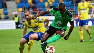 Piłkarz Arki Gdynia Luka Zarandia (L) i Leandro (P) z Górnika Łęczna