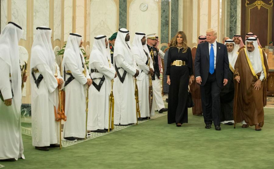 Melania i Donald Trump przyjmowani przez króla Al Sauda