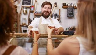 Kobiety odbierają kawę od baristy