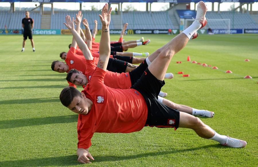 Piłkarze młodzieżowej reprezentacji Polski podczas treningu drużyny w Kielcach