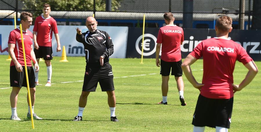 Nowy trener Cracovii Michał Probierz (C) prowadzi pierwszy trening z drużyną
