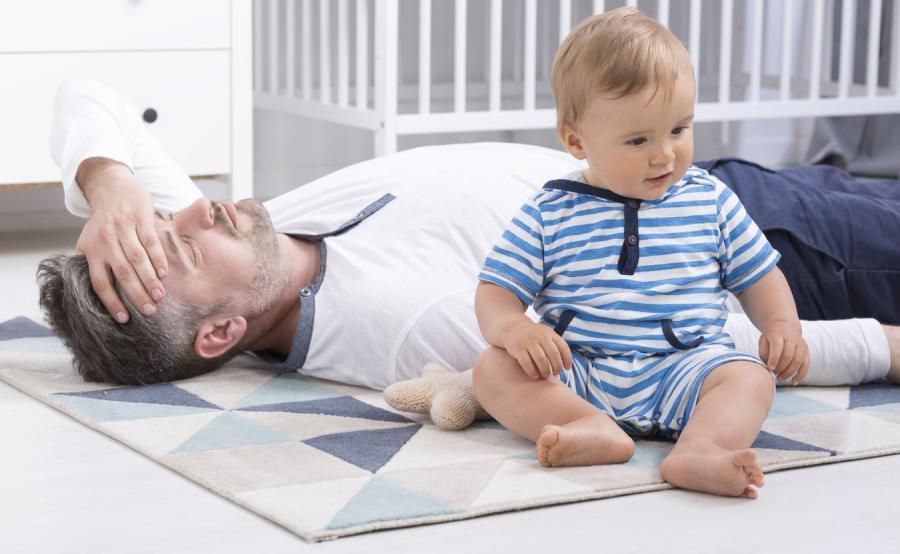 Zmęczony ojciec z dzieckiem