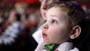 Chłopiec w teatrze