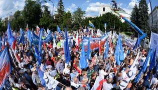 Protestujący przed Sejmem