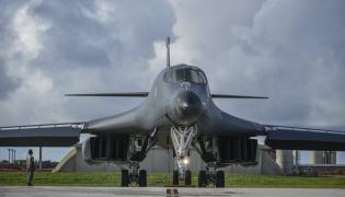 Samolot US Air Force B-1B Lancers stacjonujący w  Andersen Air Force Base na wyspie Guam