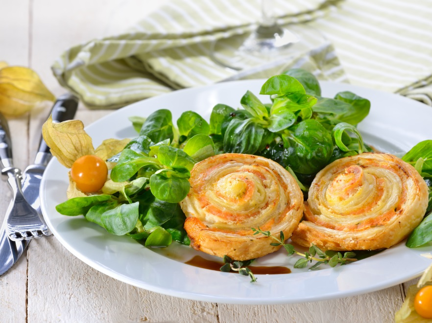Francuskie ślimaki ze złotymi owocami i roszponką