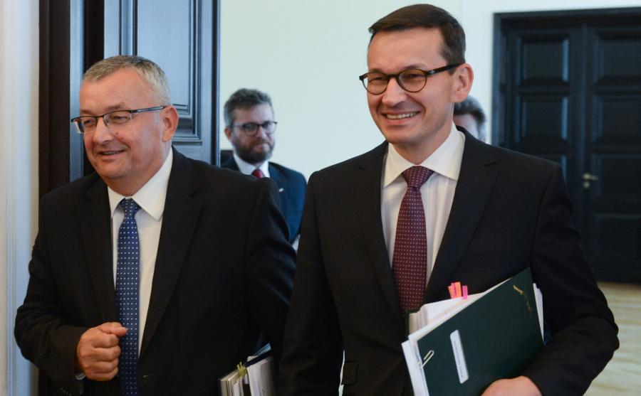 Minister infrastruktury i budownictwa Andrzej Adamczyk (L) oraz wicepremier, minister rozwoju i finansów Mateusz Morawiecki (P)