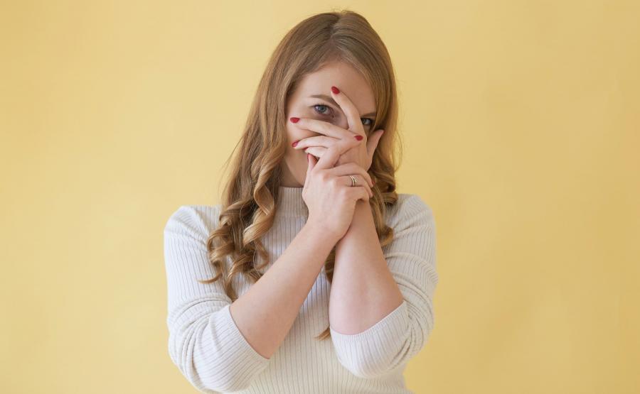 Kobieta zasłania twarz