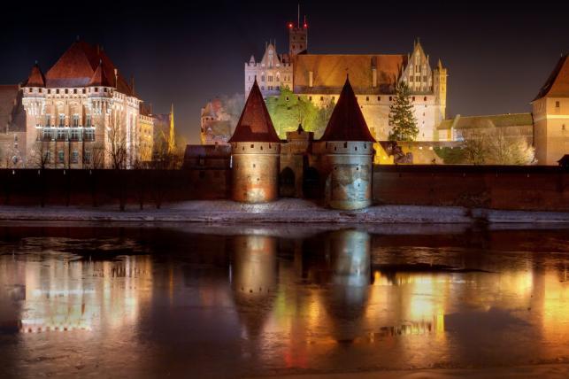 5. Malbork. Siła i potęga – ten opis pasuje jak ulał do Zamku w Malborku, wznoszącego się nad rzeką Nogat. Najbardziej znana część historii zamku jest związana z Krzyżakami – dawniej stanowił bowiem siedzibę wielkiego mistrza i stolicę Zakonu. Ceglany, gotycki zamek budowla robi wrażenie swoim rozmachem – przewidywany czas zwiedzania z przewodnikiem wynosi aż kilka godzin. Składa się z trzech obszarów: Zamku Wysokiego, Zamku Średniego i Przedzamcza. Zanim wybierzesz się na wycieczkę, załóż wygodne buty, aby swobodnie poruszać się po dziedzińcach, ponadto by zobaczyć niektóre miejsca trzeba wspiąć się po schodach.