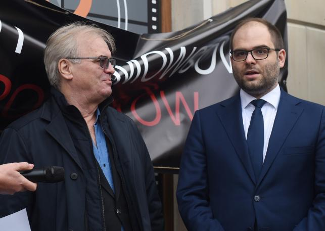 Jacek Bromski i wiceminister kultury Paweł Lewandowski podczas dyskusji pd siedzibą PISF