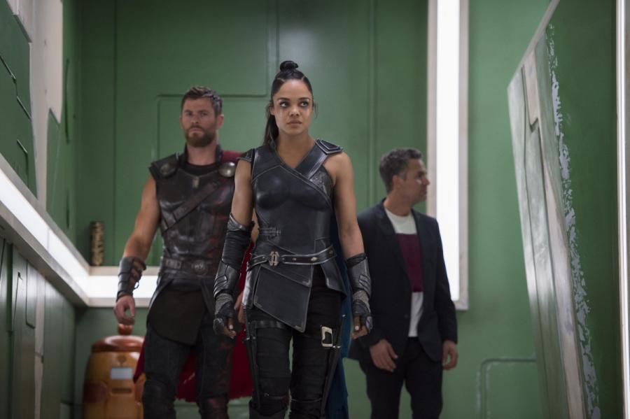 """Chris Hemsworth, Tessa Thompson oraz Mark Ruffalo w filmie """"Thor: Ragnarok"""". Polska premiera 25 października 2017 roku"""