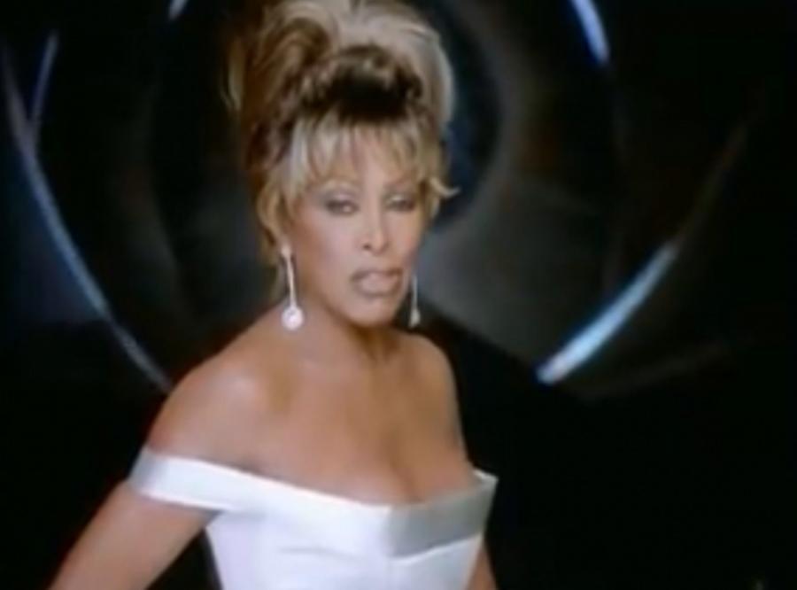 Tina Turner nuci Bondowi w 1995 roku \