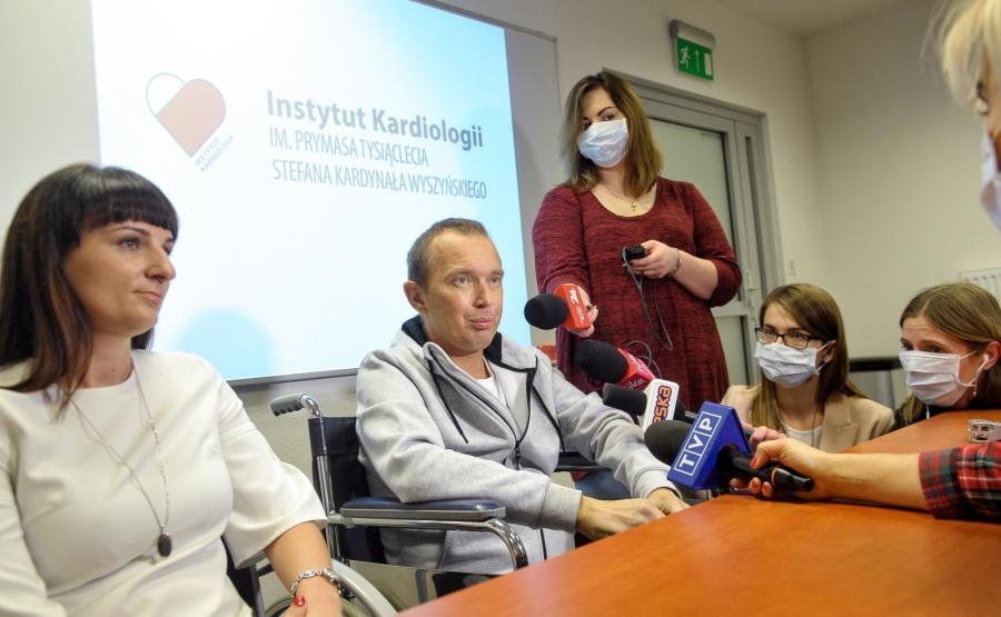 Pacjent Norbert Owczarek, u którego przeszczepiono nerkę i serce, odpowiada na pytania dziennikarzy w Instytucie Kardiologii w Warszawie