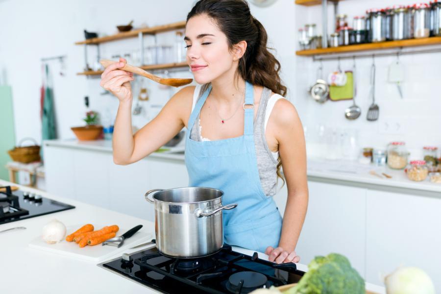Kobieta gotuje zupę