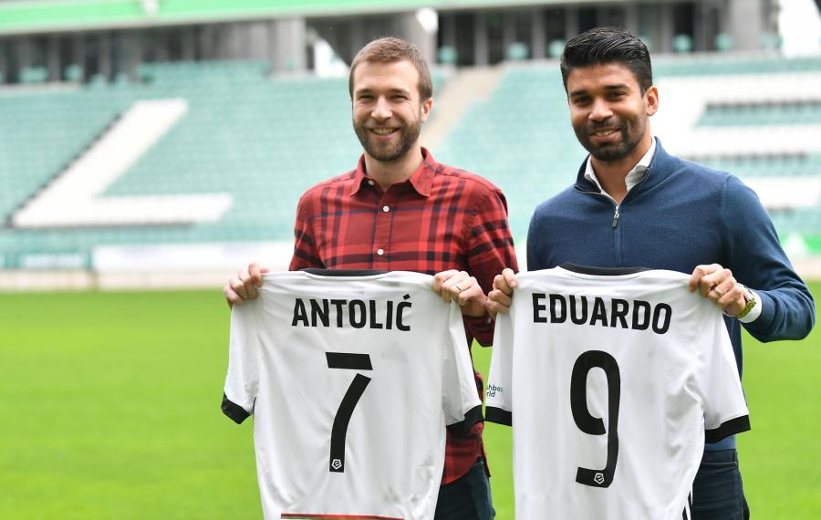 Nowi piłkarze Legii Warszawa Domagoj Anatolic (L) i Eduardo da Silva (P)