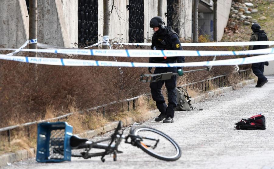 Szwedzka policja na miejscu wybuchu w Sztokholmie