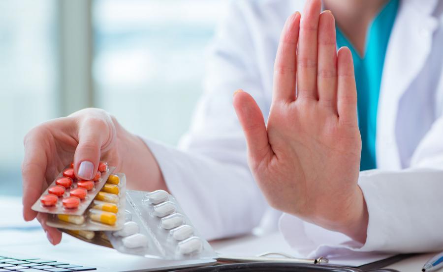 Lekarz zabrania przyjmowania leków, które ma w dłoni