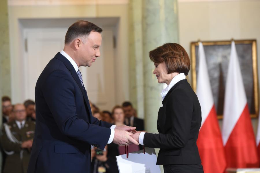 Prezydent Andrzej Duda (L) powołuje Jadwigę Emilewicz (P) na stanowisko ministra przedsiębiorczości i technologii