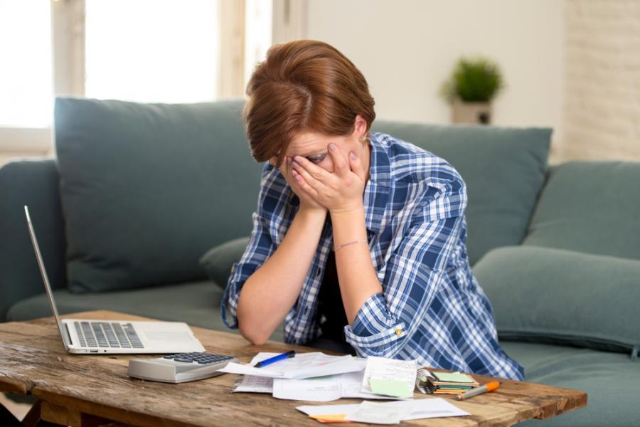 Smutna kobieta z rachunkami