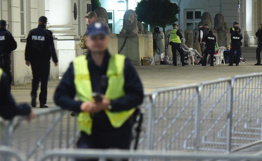 Policja zabezpieczająca 87. miesięcznicę smoleńską