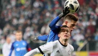 Wołodymyr Kostewycz (z tyłu) z Lecha Poznań dotyka piłkę ręką