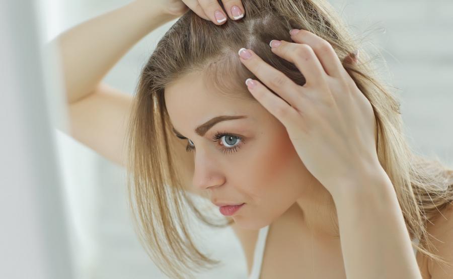 Kobieta oglada włosy