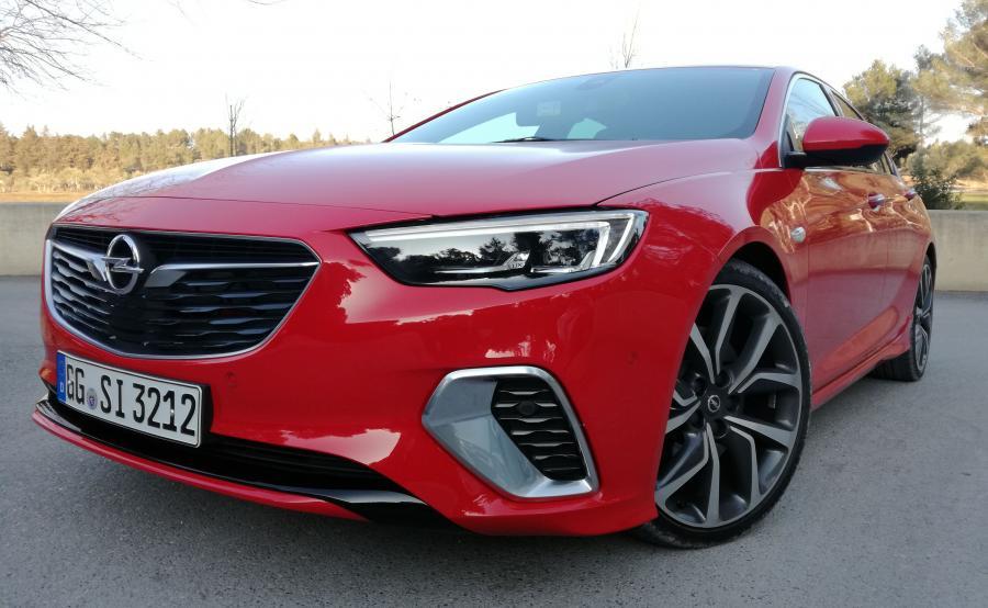Opel Insignia GSi. Przepis na usportowione auto? Jednym z ważniejszych składników są specjalnie opracowane opony Michelin Pilot Sport 4S i napęd 4x4 z wektorowaniem momentu obrotowego. Zza szprych połyskują tarcze hamulcowe o średnicy 345 mm z 4-tłoczkowymi zaciskami Bremo