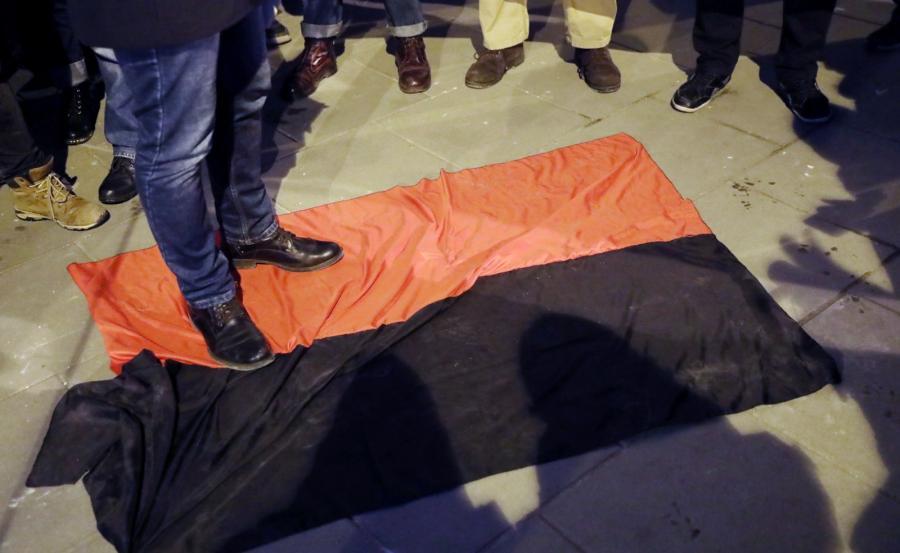 Uczestnicy zdeptali banderowską flagę