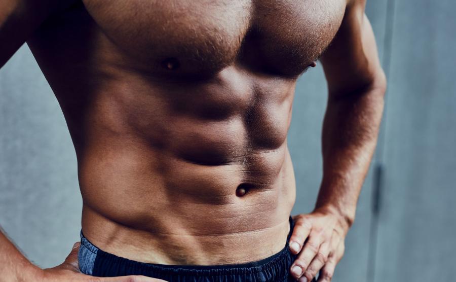 Umięśniony brzuch mężczyzny