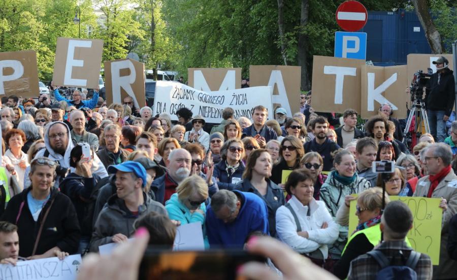 Manifestacja osób wspierających opiekunów i rodziców niepełnosprawnych przed Sejmem