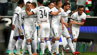 Piłkarze Legii Warszawa cieszą się z gola Sebastiana Szymańskiego podczas meczu grupy mistrzowskiej Ekstraklasy z Górnikiem Zabrze