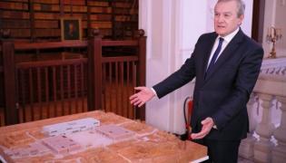 Piotr Gliński podczas podpisania umowy między Muzeum Historii Polski i firmą Budimex S.A.