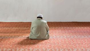 Muzułmanin modli się w meczecie