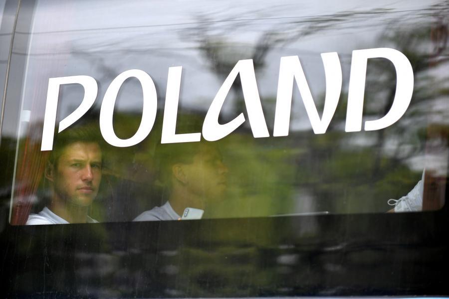 Piłkarze reprezentacji Polski Grzegorz Krychowiak (L) i Wojciech Szczęsny (P) podczas przejazdu autokarem