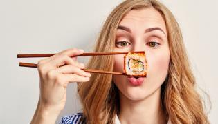 Kobieta je sushi