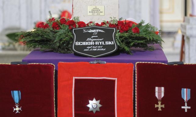 Pogrzeb generała Zbigniewa Ścibor-Rylskiego. Prezydent: Dopiero wolna Polska oddała należne honory swoim bohaterom [FOTO]