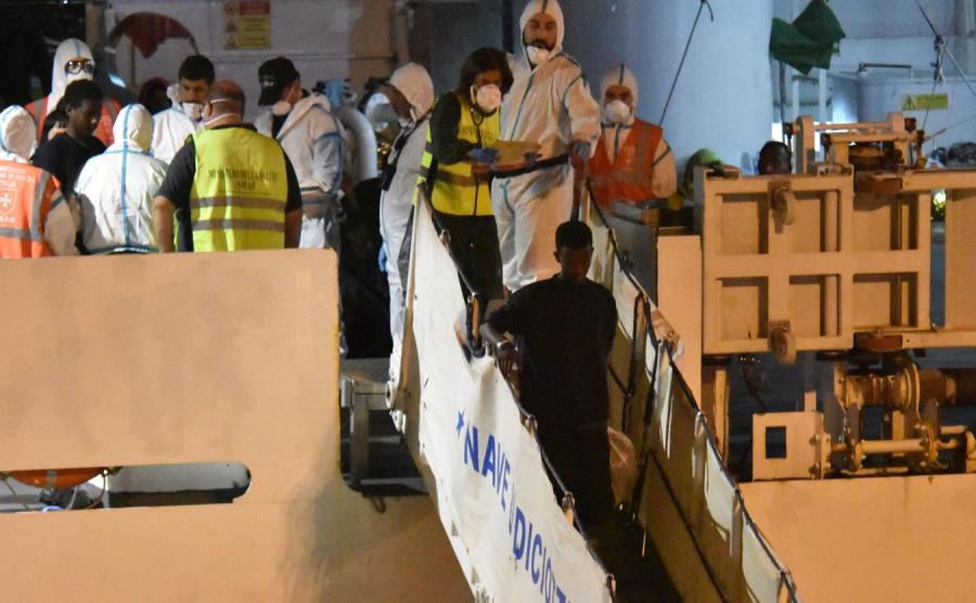 Statek z migrantami na Sycylii