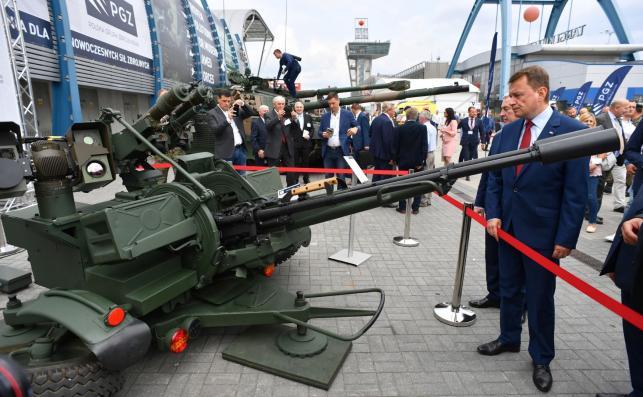 Minister obrony narodowej Mariusz Błaszczak (P) ogląda przeciwlotniczy system rakietowo-artyleryjski PILICA