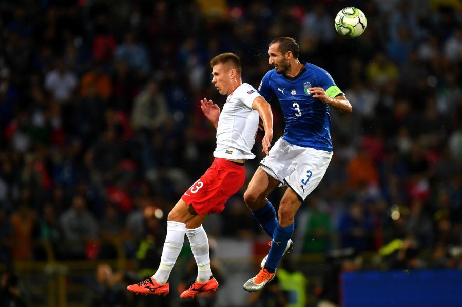 Zawodnik reprezentacji Polski Damian Szymański (L) i Giorgio Chiellini (P) z Włoch