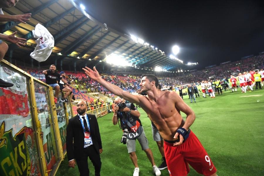 Kapitan reprezentacji Polski Robert Lewandowski dziękuje kibicom po pierwszym meczu piłkarskiej Ligi Narodów UEFA z Włochami