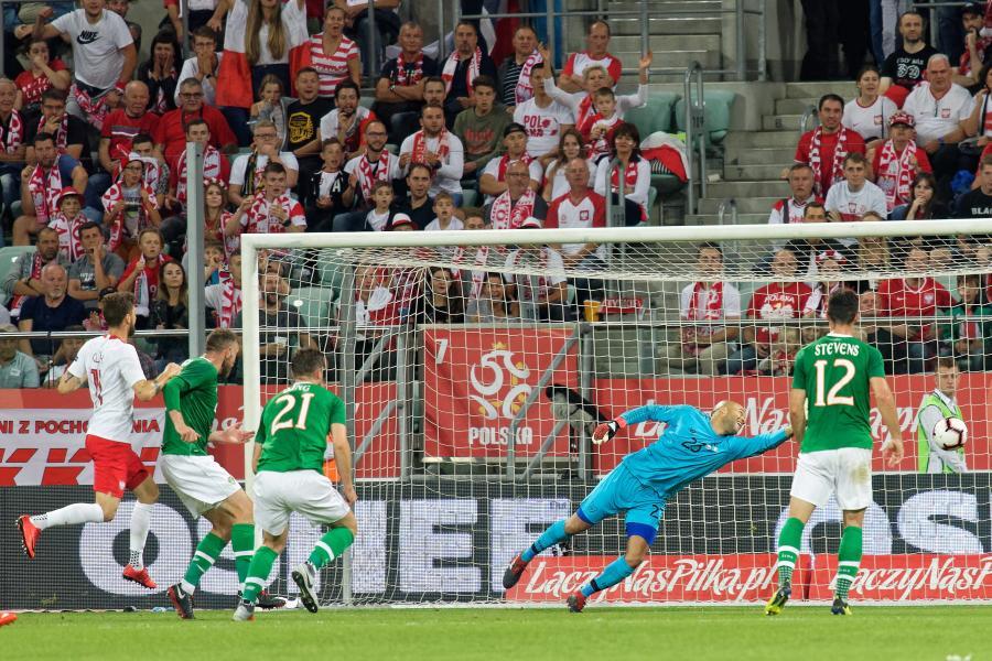 Piłkarz reprezentacji Polski Mateusz Klich (L) pokonuje bramkarza Irlandii Darrena Randolpha (2-P)