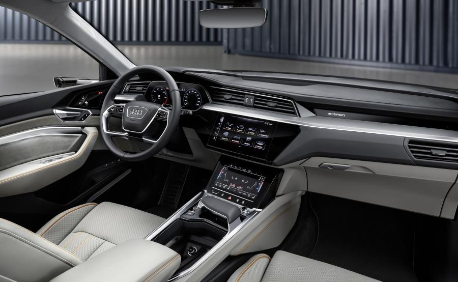"""Prowadzący manetkami przy kierownicy może samodzielnie ustawić jeden z trzech stopni rekuperacji podczas """"żeglowania"""". W stopniu najniższym, gdy zwalnia pedał przyspieszenia e-tron porusza się swobodnie, bez wytwarzania momentu obrotowego. W stopniu najwyższym z kolei, elektryczny SUV wyraźnie redukuje prędkość – kierowca może zwalniać i przyspieszać posługując się wyłącznie pedałem przyspieszenia. To stwarza wrażenie obecności w samochodzie tylko jednego pedału. W tym scenariuszu nie ma potrzeby używania hamulca"""