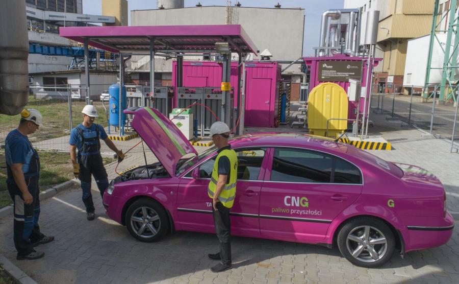 Syntetyczny gaz ziemny SNG może być paliwem samochodowym. Właśnie na takim paliwie jeździ już Skoda Superb w barwach Tauronu