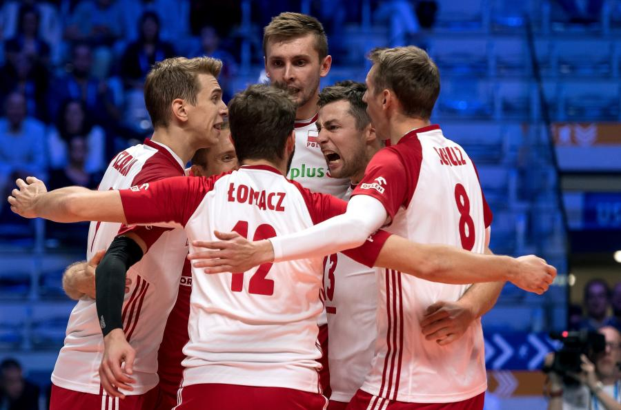 Polscy siatkarze cieszą się ze zwycięstwa po meczu grupy J mistrzostw świata z Serbią