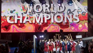 Siatkarska reprezentacja Polski ze złotymi medalami mistrzow świata