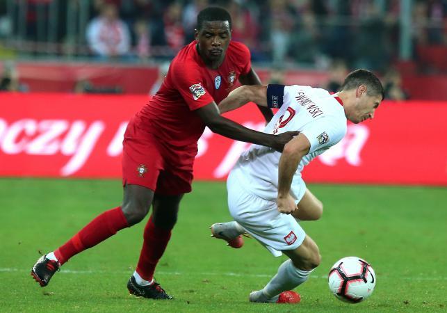 Polak Robert Lewandowski (P) i William Carvalho (L) z Portugalii podczas meczu piłkarskiej Ligi Narodów w Chorzowie